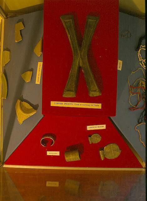 """Měděný ingot """"X"""" z místního muzea"""