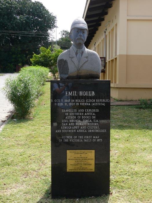 Busta Emila Holuba před Národním muzeem v Livingstonu v Zambii