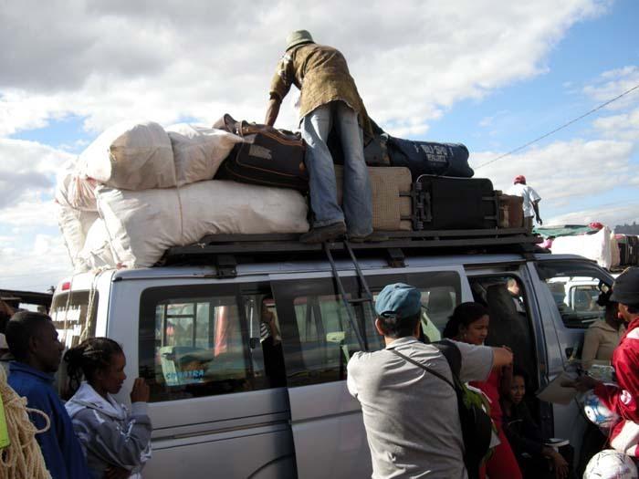 Aye-Aye expedition, nakládání dodávky, Morondava, Madagaskar