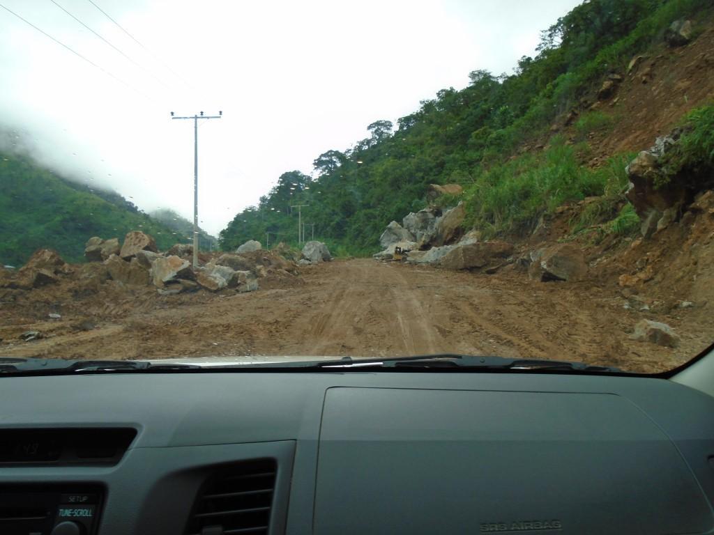 Silnice a padající kamení cestou k Obudu
