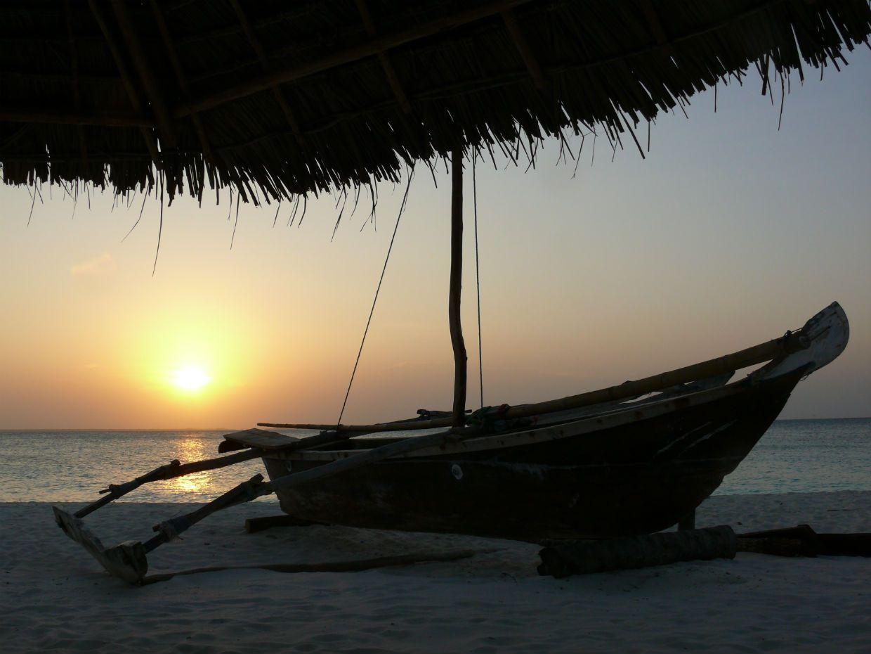 Loď na Zanzibaru při západu Slunce (Pavel Kohout)