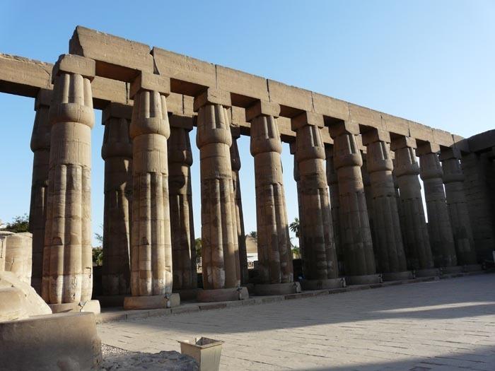 Luxorský chrám kolonáda