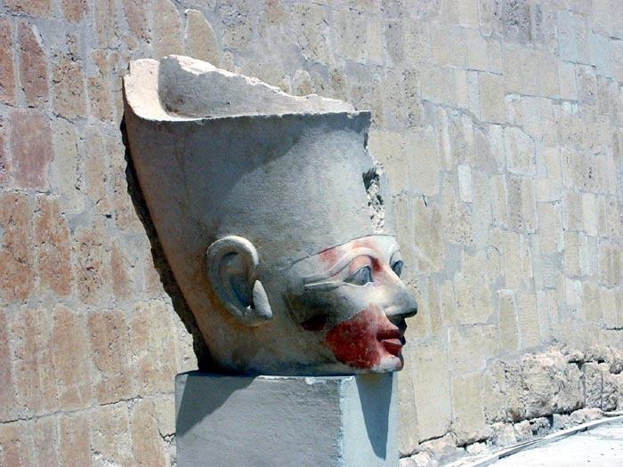 Osirivova hlava u chrámu Hatšepsovet