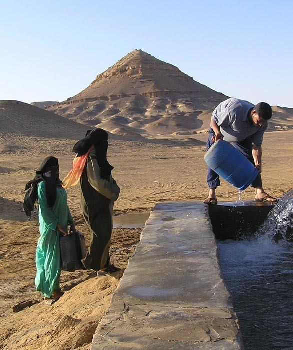 Baharijské ženy u pramene v oáze