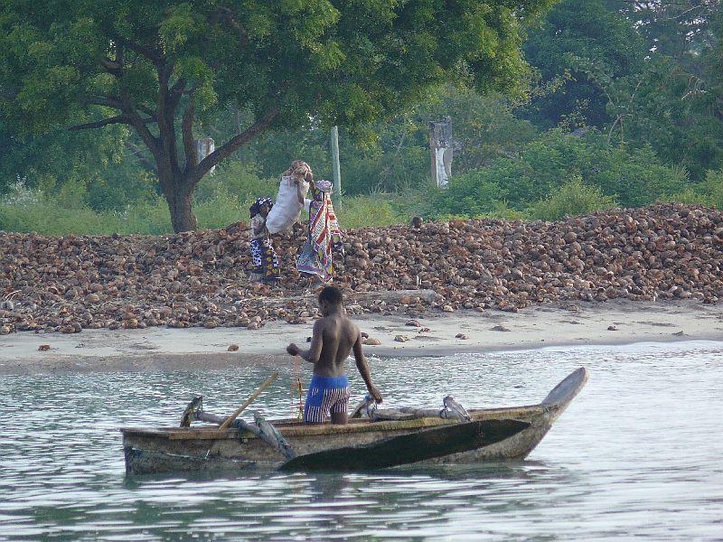 Pangani, sušení kopry (foto: Pavel Kohout, Tanzanie)