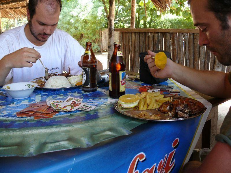 Oběd v Pangani (foto: Pavel Kohout, Tanzanie)