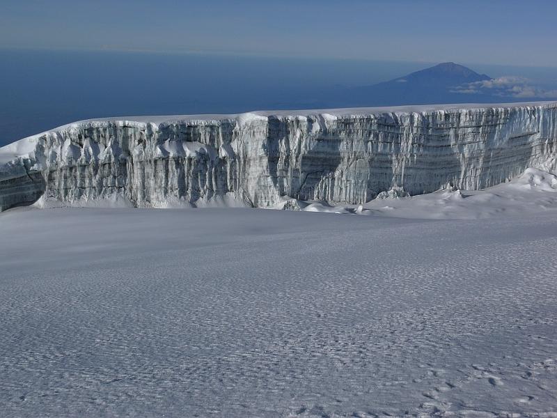 Ledovec na vrcholu Kibo a v pozadí hora Meru, Kilimandžáro