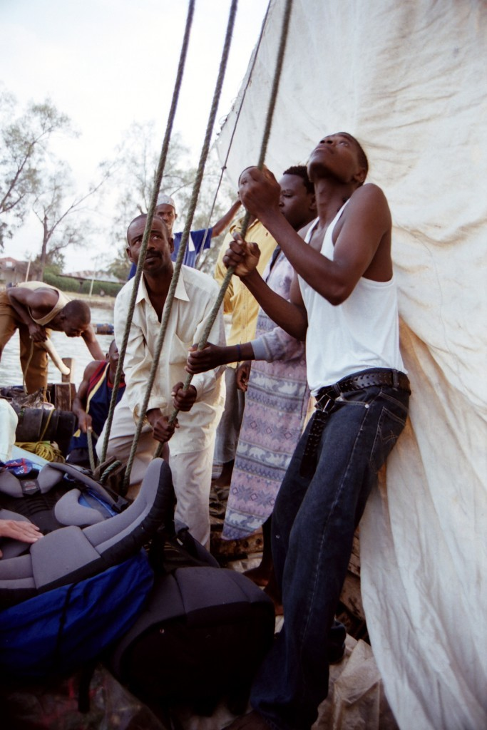 Napínání plachty na dhow (foto: Jaromír Němec, Tanzanie)
