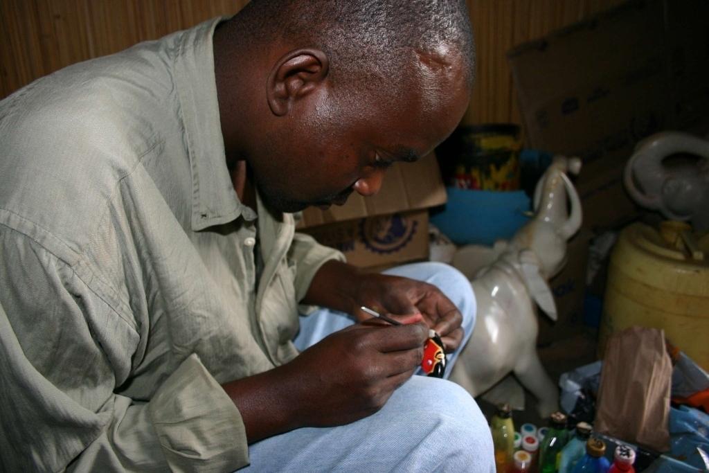 barvení sošek, Tabaka, Keňa (foto: Hana Morávková)