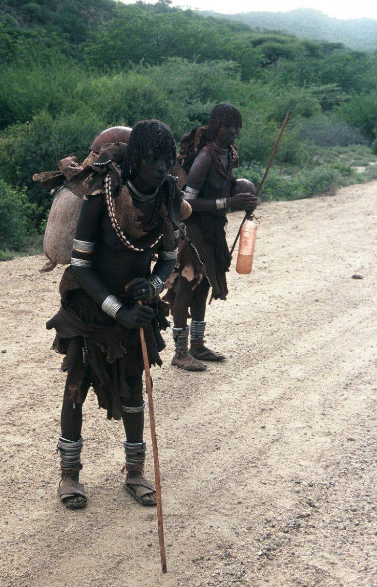 Hamarské ženy na cestě do Turmi