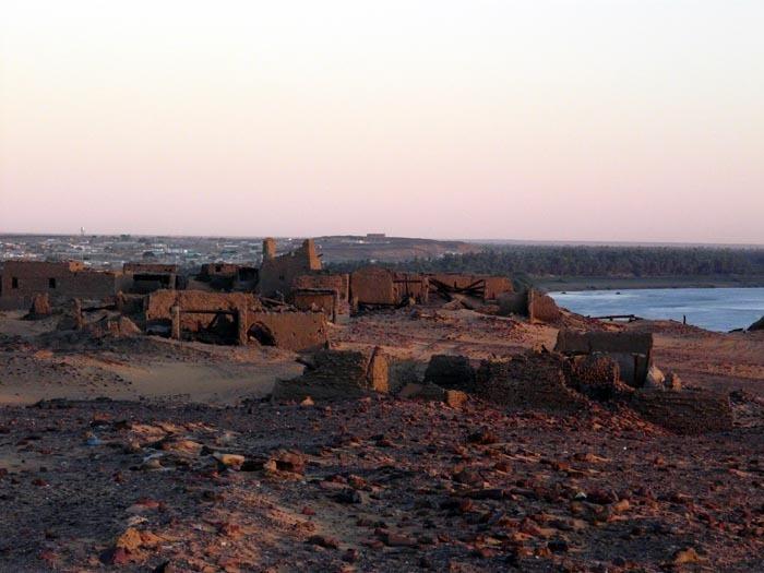 Ruiny města Dongola s minarety