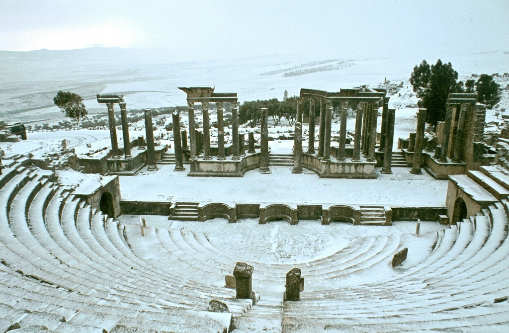 Antické divadlo v zimě ve městě Dougga