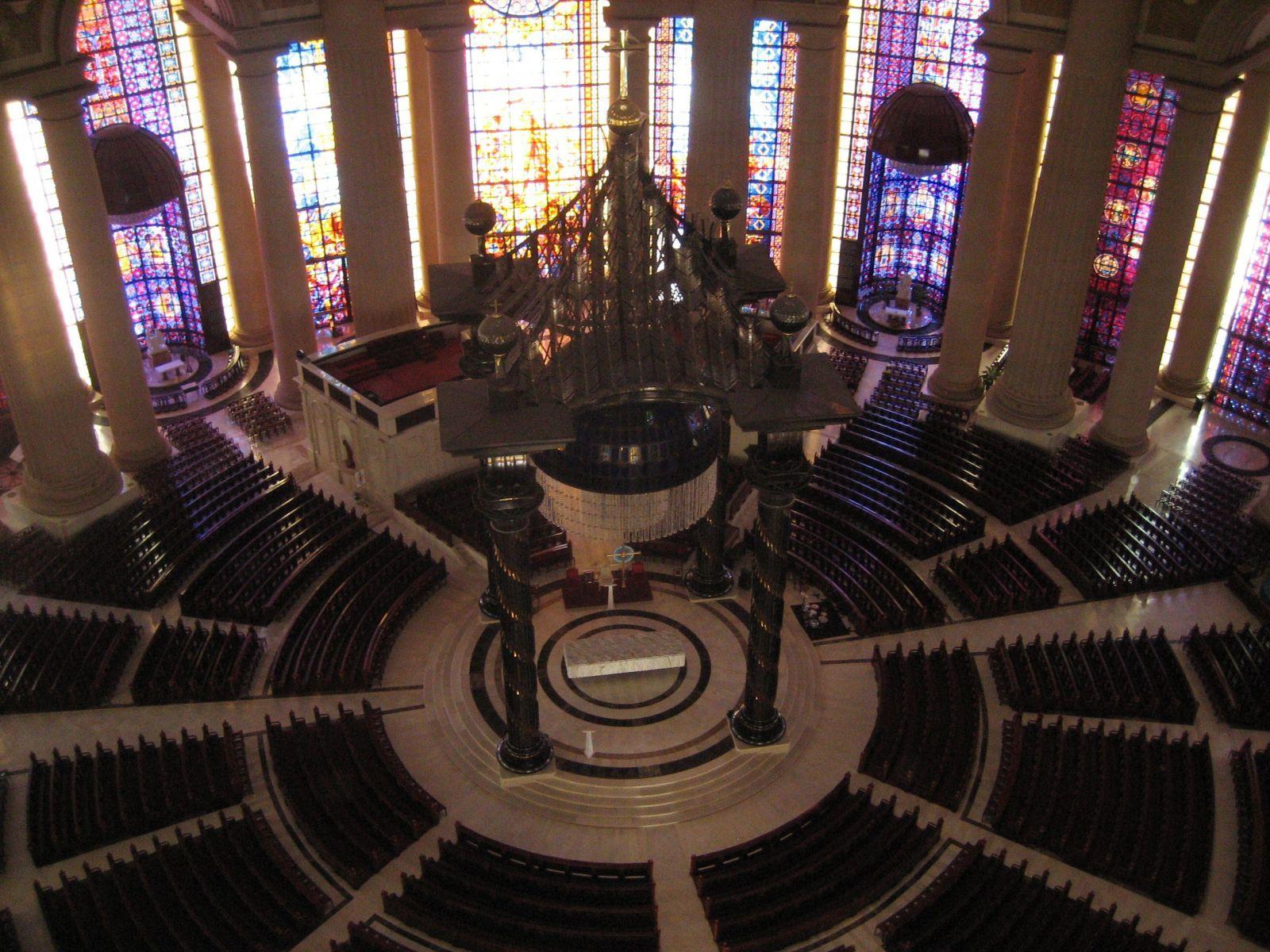 interiér - Basilika Notre Dame de la Paix, Yamoussoukro, Pobřeží slonoviny
