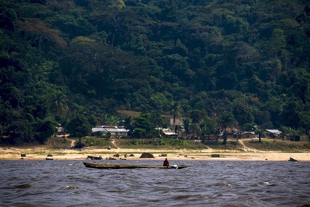 Pobřeží řeky Kongo s deštným pralesem na břehu; autor: CIFOR