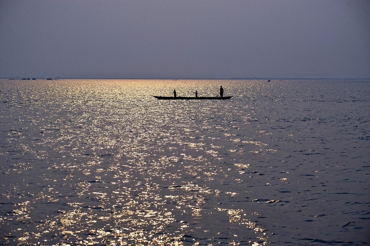 Loďka na dolním toku řeky Kongo; autor: CIFOR