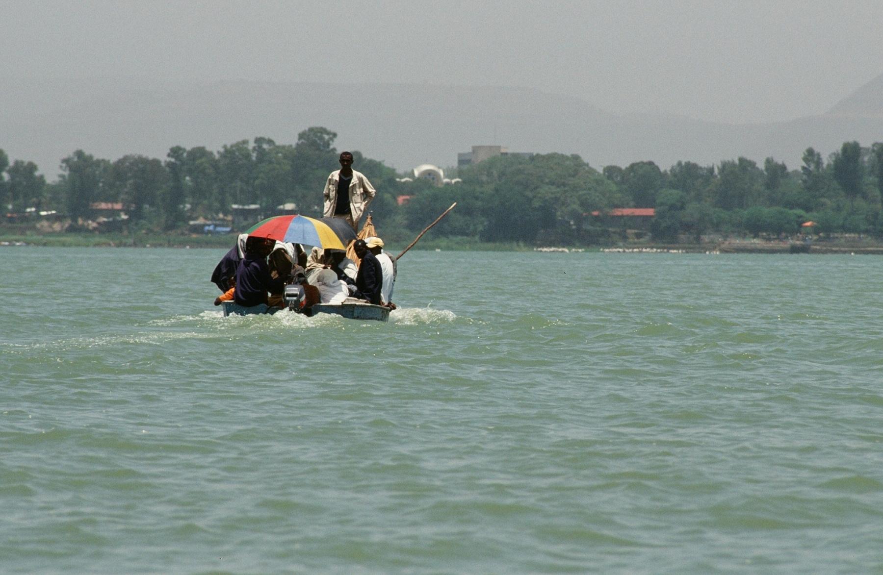loď na jezeře Tana a v pozadí Bahir Dar, Etiopie
