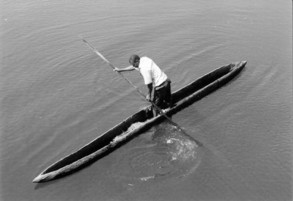 rybář na loďce na přítoku Konga, řeka Chambeshi, Zambie