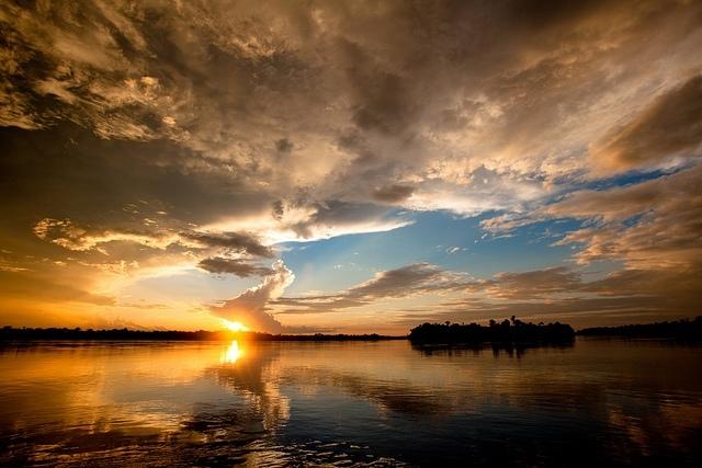 Západ slunce nad Stanleyovými vodopády; autor: Joseph King