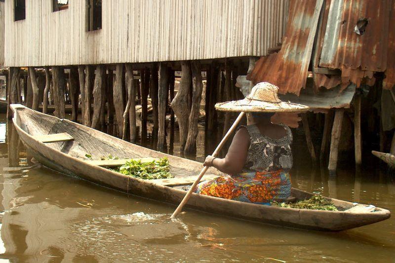 Trhovkyně na jezeře Ganvie (Benin)