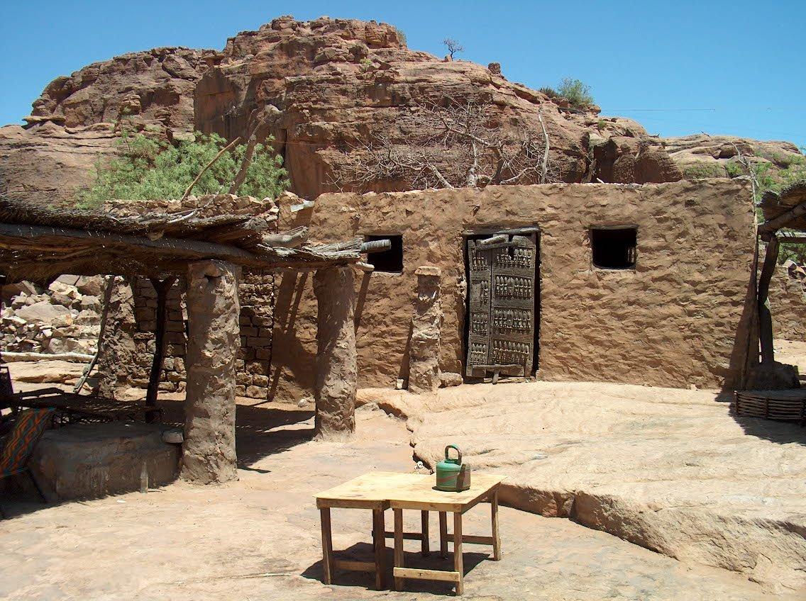 Dogonský dům se zdobenými dveřmi (Mali)